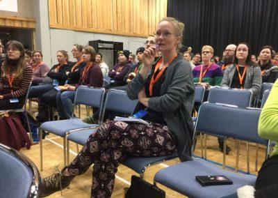 Yleisö kuunteli tarkasti alustusta vaikuttavuuden arvioinnista.