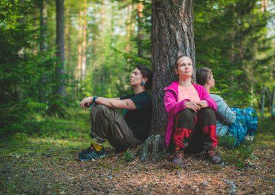 Meditaatiota puun juurella.